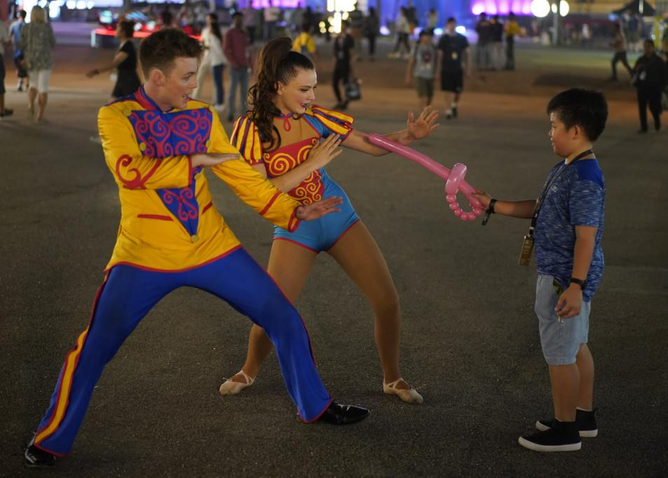 Performers enthralling a kid at Singapore F1. (PHOTO: Singapore GP)