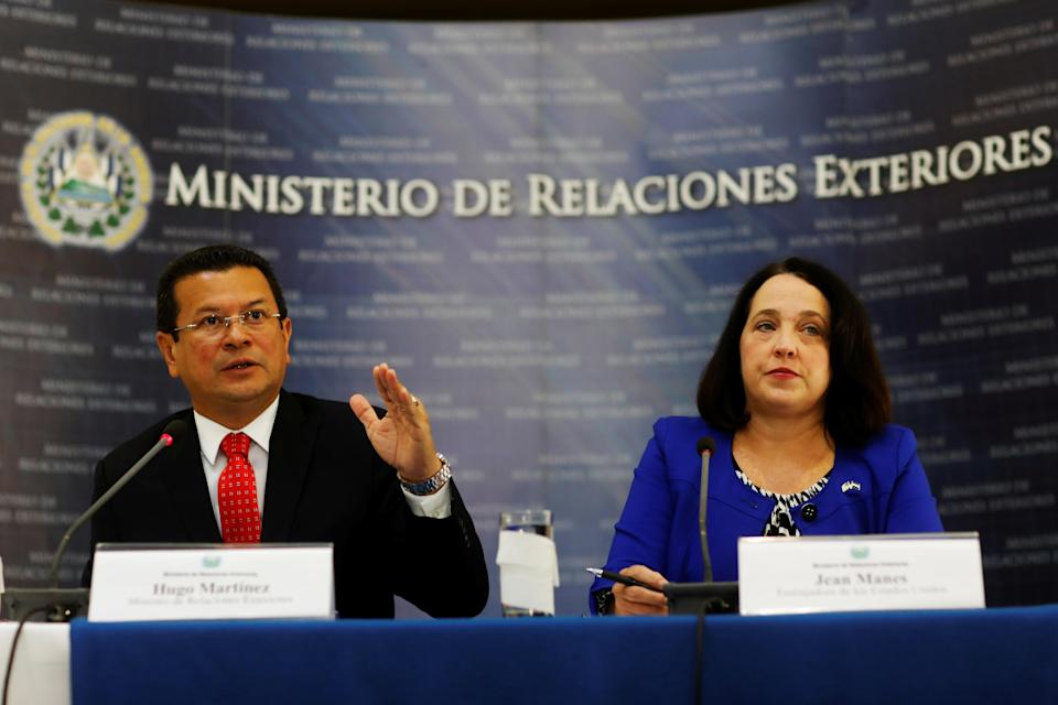 <p>El Salvador's Minister of Foreign Affairs, Hugo Martinez and the U.S. Ambassador to El Salvador Jean Manes participate in a joint news conference about the cancelation of Temporary Protected Status for about 200,000 Salvadorans in the U.S., in San Salvador, El Salvador. Jan. 8, 2018. (Photo: Jose Cabezas/Reuters) </p>