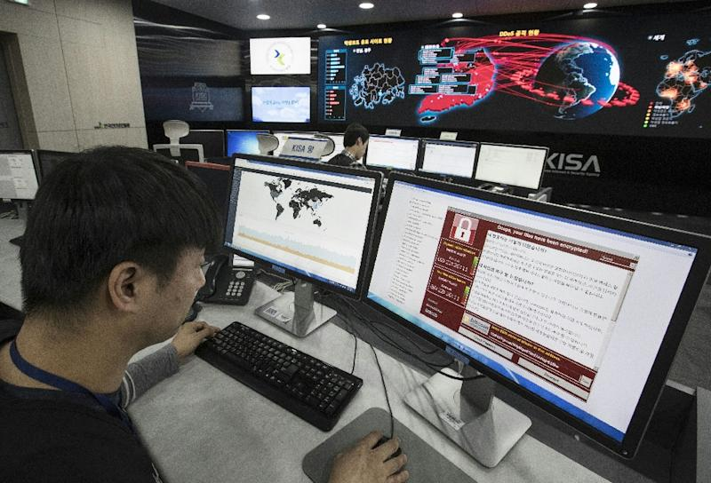 Staff monitor the spread of ransomware cyber-attacks at the Korea Internet and Security Agency in Seoul (AFP Photo/YONHAP)