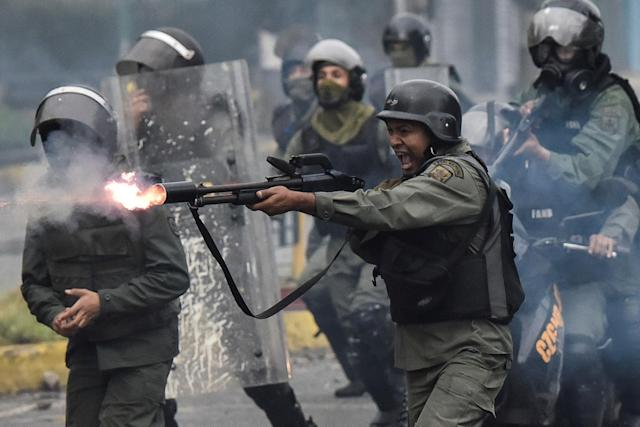 <p>A member of the national guard fires his shotgun at protesters during clashes in Caracas, Venezuela on July 28, 2017. (Photo: Carlos Becerra/Anadolu Agency/Getty Images) </p>