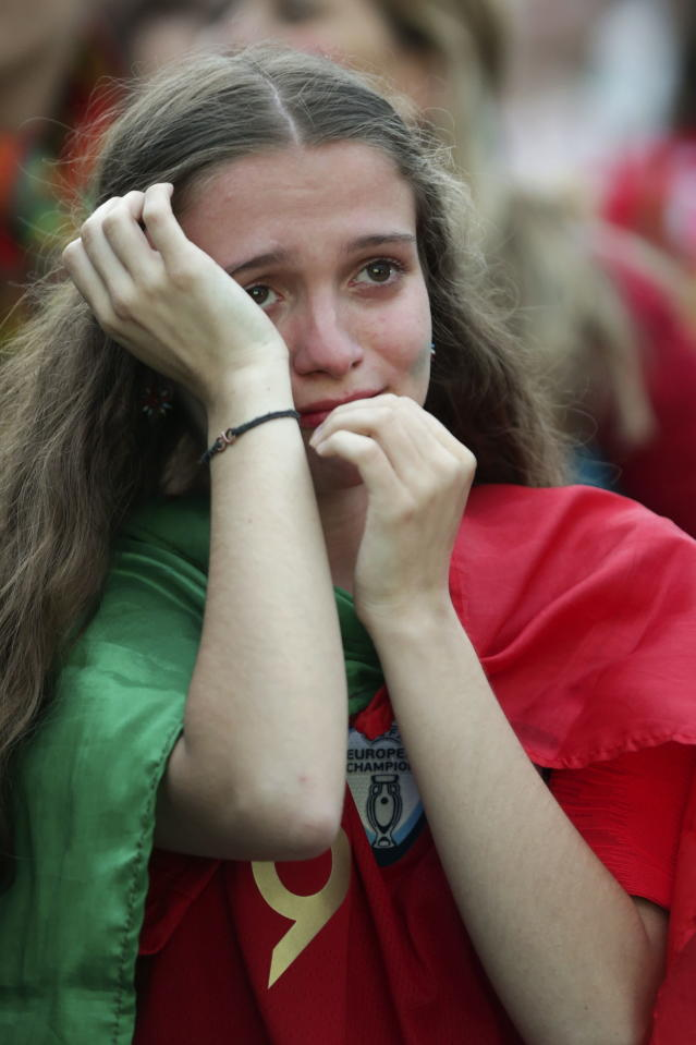 RA. Lisboa (Portugal), 30/06/2018.- A Portuguese fan cries at the end of the FIFA World Cup 2018 soccer match between Uruguay and Portugal, in Porto, Portugal, 30 June 2018. (Mundial de Fútbol, Rusia) EFE/EPA/RODRIGO ANTUNES