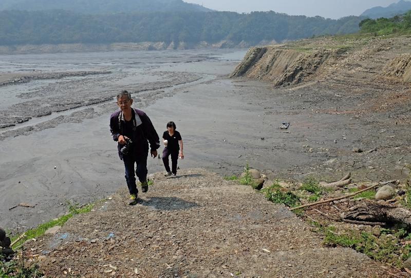 Tourists visit drought-affected Shihmen Dam in northern Taoyuan, Taiwan, on March 20, 2015 (AFP Photo/Sam Yeh)
