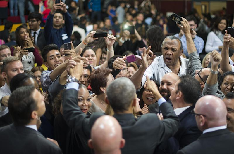 US President Barack Obama (C) shakes hands with the crowd after delivering remarks on the new steps he will be taking within his executive authority on immigration at Del Sol High School in Las Vegas, Nevada, November 21, 2014 (AFP Photo/Jim Watson)