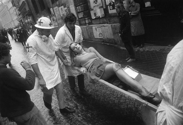 <p>A wounded student is transported by first aid workers during riots on the Boulevard Saint-Michel in Paris, May 6, 1968. (Photo: Gökşin Sipahioğlu/SIPA) </p>