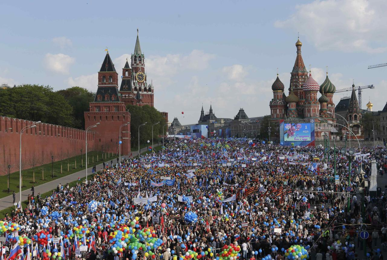 People walk with flags and balloons towards St. Basil's Cathedral on Red Square during a rally in Moscow May 1, 2014. Russians celebrate the coming of Spring and since communist times, Labour Day on the first day of May. REUTERS/Maxim Shemetov (RUSSIA - Tags: SOCIETY BUSINESS EMPLOYMENT)