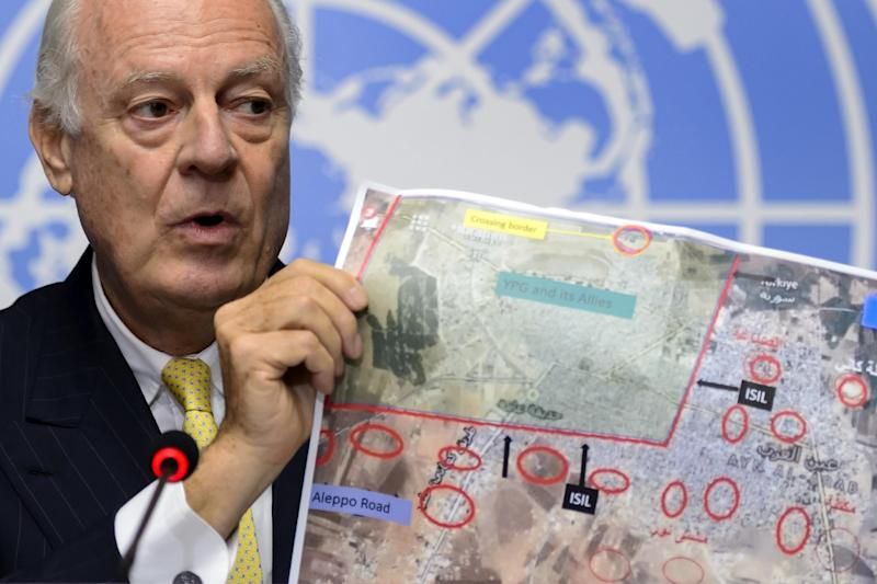 United Nations special envoy for Syria Staffan de Mistura shows a map of the Syrian town of Ain al-Arab, known as Kobane by the Kurds, during a press conference at UN office in Geneva on October 10, 2014 (AFP Photo/Fabrice Coffrini)