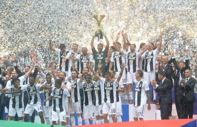 Soccer Football - Serie A - Juventus vs Hellas Verona - Allianz Stadium, Turin, Italy - May 19, 2018 Juventus' Gianluigi Buffon lifts the trophy as the Juventus players celebrate winning the league REUTERS/Massimo Pinca