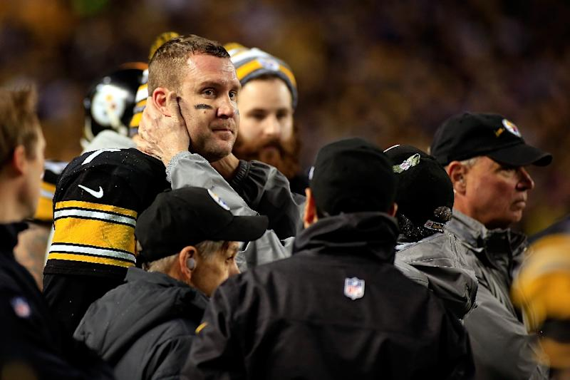 Ben Roethlisberger of the Pittsburgh Steelers is tested for a concussion on the sideline at Heinz Field (AFP Photo/Justin K. Aller)