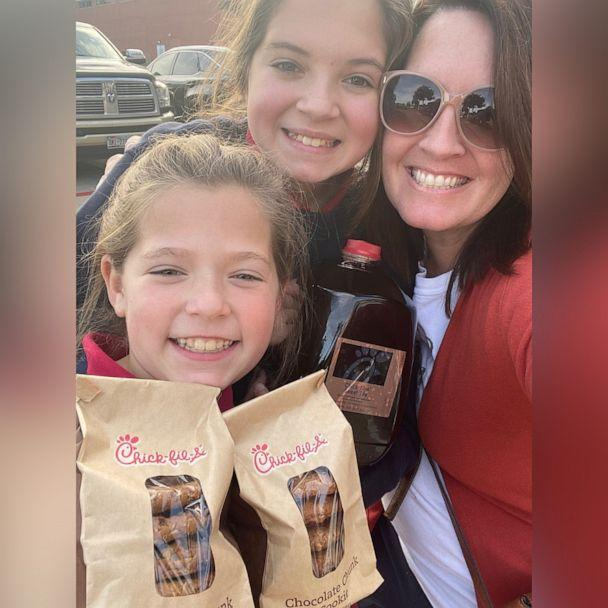 PHOTO: Courtney Defeo, of Texas, poses with her daughters Ella and Larson as they hold thank you treats to deliver. (Courtesy Courtney DeFeo)