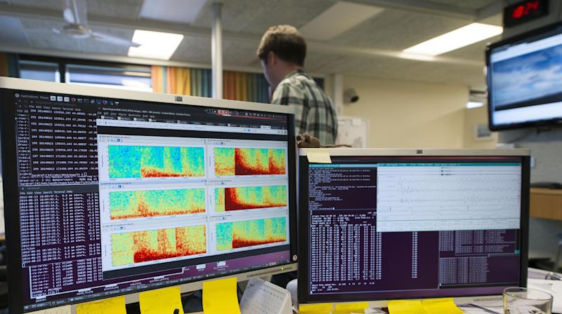 Computer screens show seismic activity from the Bardarbunga volcanic eruption at the Icelandic met office in Reykjavik on August 23, 2014 (AFP Photo/Halldor Kolbeins)