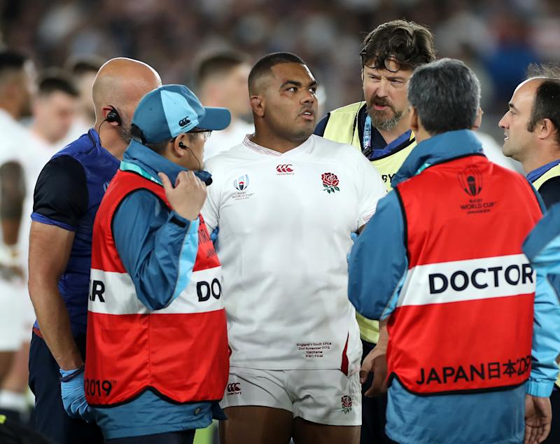 YOKOHAMA, JAPAN - NOVEMBER 02: Kyle Sinckler of England is helped off the pitch after receiving treatment during the Rugby World Cup 2019 Final between England and South Africa at International Stadium Yokohama on November 02, 2019 in Yokohama, Kanagawa, Japan. (Photo by David Rogers/Getty Images)
