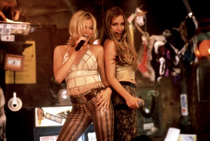 LeAnn Rimes and Perabo in the closing duet from <em>Coyote Ugly</em>. (Photo: Courtesy Touchstone Pictures/Everett Collection)