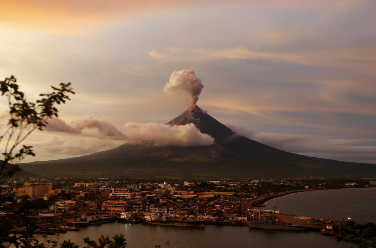 <p>The Mayon volcano continues to erupt as the sun sets behind Legazpi city, Thursday, Jan. 25, 2018 in Albay province, roughly 340 kilometers, (200 miles) southeast of Manila, Philippines. (Photo: Bullit Marquez/AP) </p>