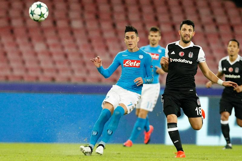 Besiktas' midfielder Tolgay Arslan (R) vies with Napoli's midfielder Jose Maria Callejon during the UEFA Champions League football match SSC Napoli vs Besiktas on October 19, 2016 (AFP Photo/Carlo Hermann)