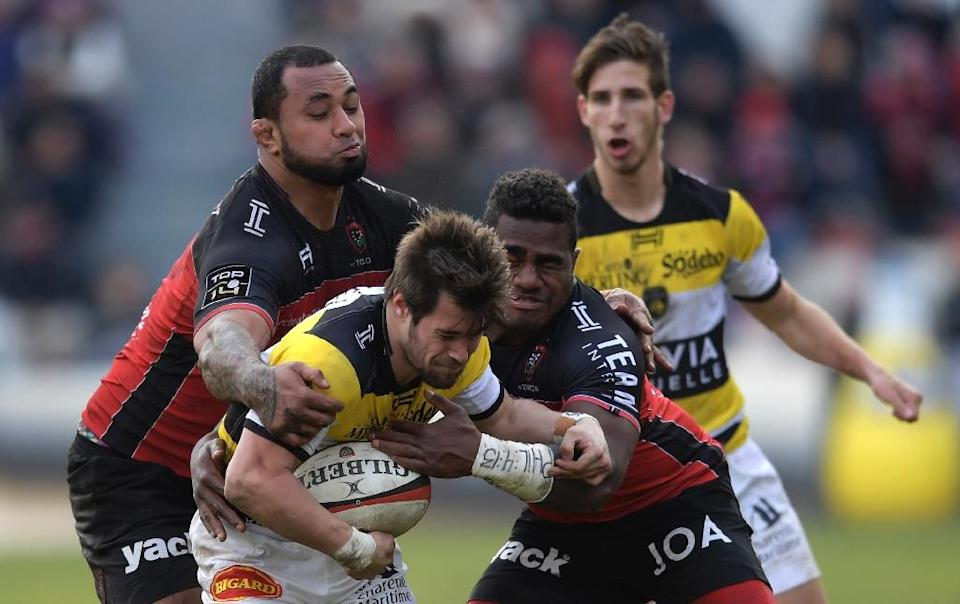 La Rochelle's Arthur Retiere (C) fights for the ball with RC Toulon's Samu Manoa (L) and Josua Tuisova during their French Top 14 rugby union match, at the Mayol Stadium in Toulon, on January 28, 2017 (AFP Photo/Anne-Christine Poujoulat)
