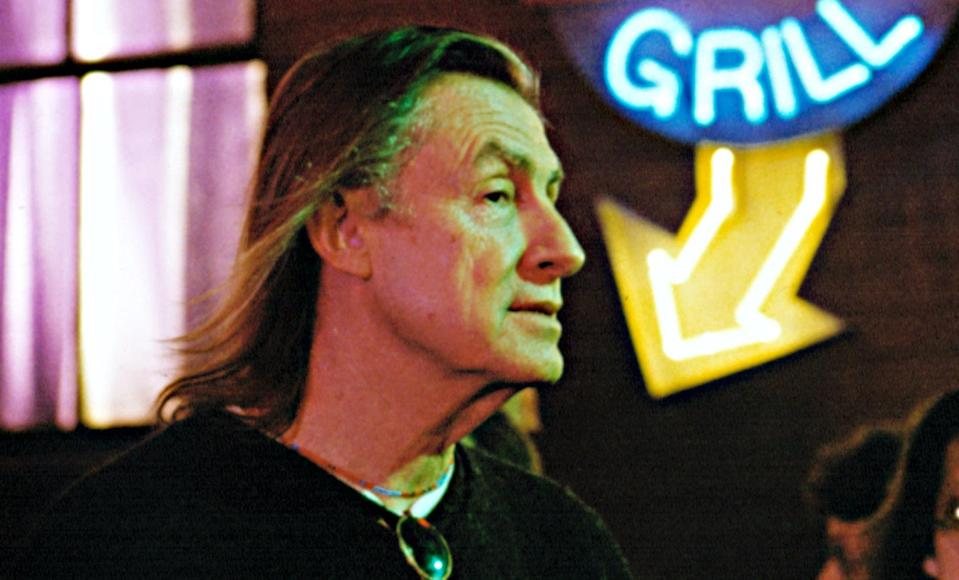 Joel Schumacher on the set of <em>Batman Forever</em>. (Photo: Warner Bros./Courtesy Everett Collection)