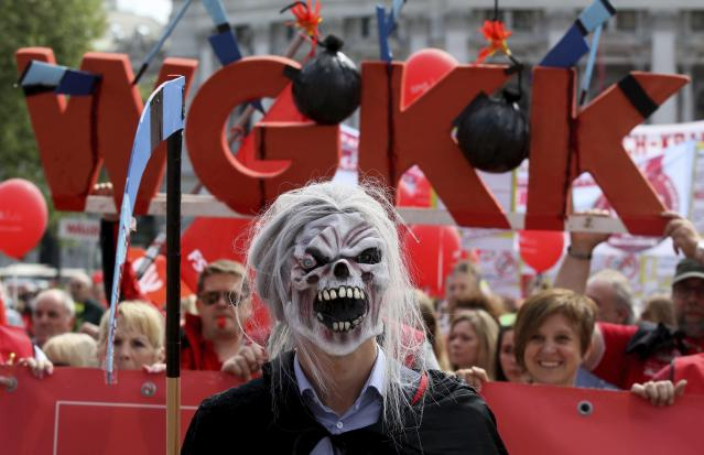 <p>A participant of the traditional May Day celebrations, organized by the Austrian Social Democrats, SPOE, and trade unions wearing a horror mask in Vienna, Austria, May 1, 2018. (Photo: Ronald Zak/AP) </p>