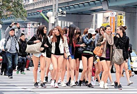 'No Pants Day' girls in Taiwan turn heads everywhere. (Photo: Asiaone.com)