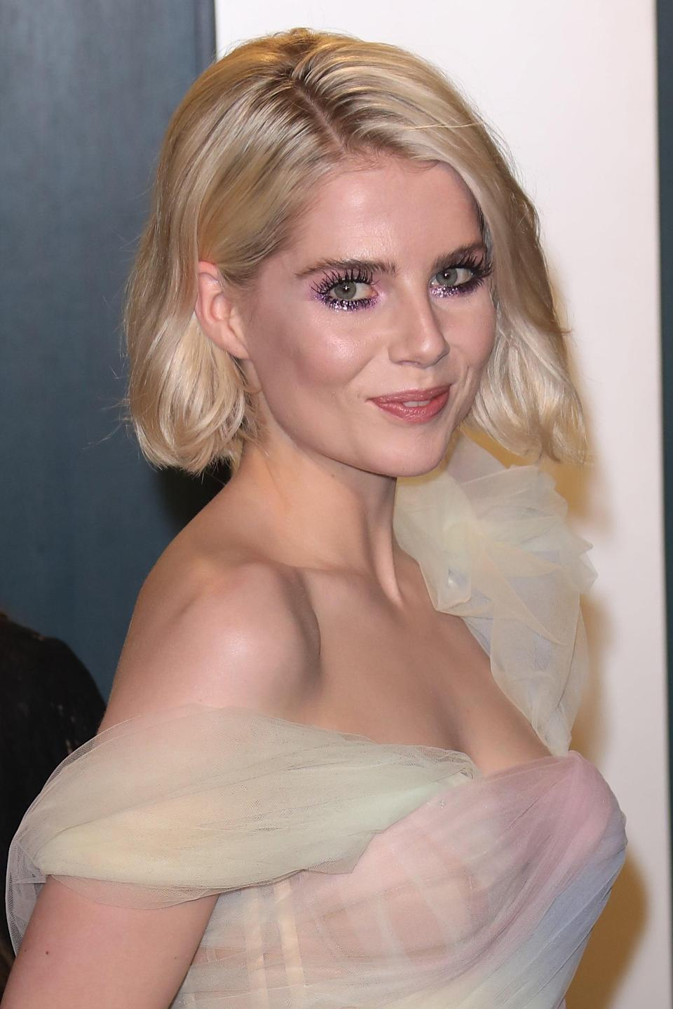 <p>At the 2020 <b>Vanity Fair</b> Oscars party, Lucy Boynton stunned with a wavy bob hairstyle. </p>