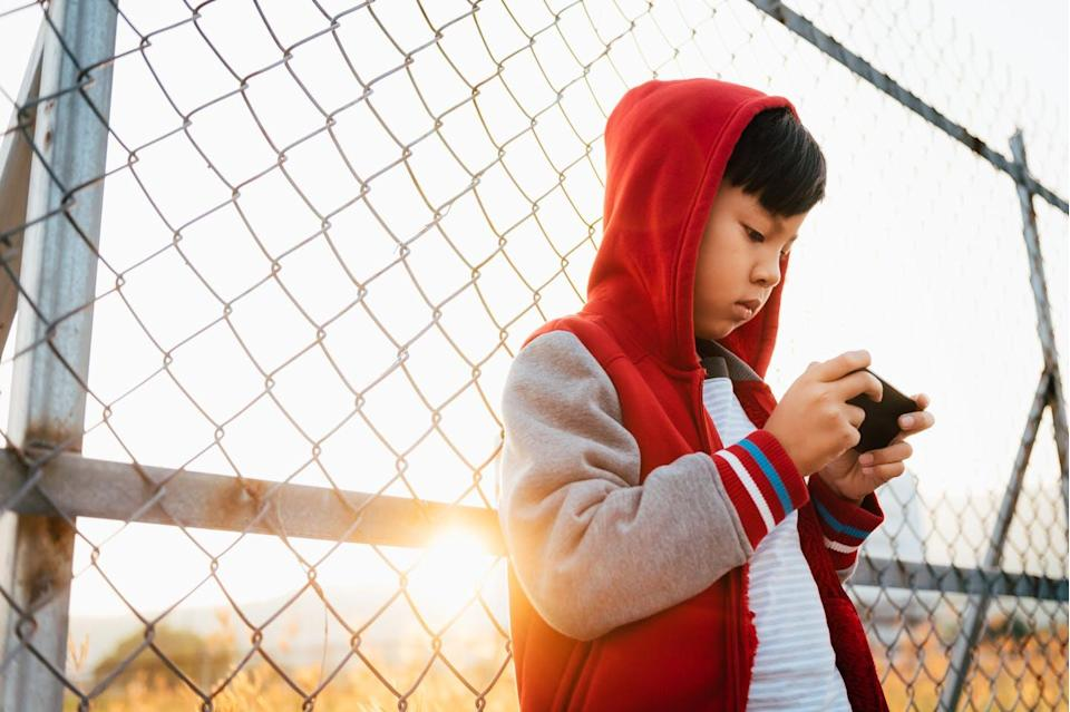 """<span class=""""caption"""">Warning labels seem like a good way to keep kids from sharing risky photos, but research data suggests otherwise.</span> <span class=""""attribution""""><a class=""""link rapid-noclick-resp"""" href=""""https://www.gettyimages.com/detail/photo/asian-boy-with-smartphone-royalty-free-image/638004168"""" rel=""""nofollow noopener"""" target=""""_blank"""" data-ylk=""""slk:Clover No.7 Photography/Moment via Getty Images"""">Clover No.7 Photography/Moment via Getty Images</a></span>"""