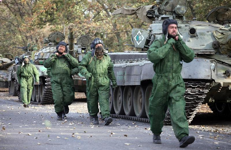 Pro-Russian separatists soldiers withdraw their tanks from positions near the town of Novoazovsk in the Donetsk region on October 21, 2015 (AFP Photo/Aleksey Filippov)