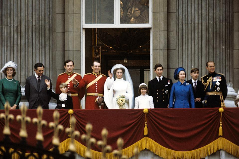 Princess Anne (m, r) and her husband Mark Phillips (m, l) together with the royal family, on the balcony of Buckingham Palace in London, short after their wedding, on 14 November 1973. In the picture (l-r): the parents of the bridgegroom, Anne and Peter Phillips, Prince Edward, groomsman Eric Grounds, bridgegroom Mark Phillips, bride Princess Anne, Sarah Armstrong-Jones, Prince Charles, Queen Elizabeth II, Prince Andrew, and Prince Philip. | usage worldwide (Photo by Horst Ossinger/picture alliance via Getty Images)