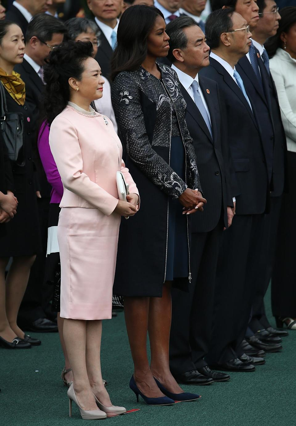 <p>Listening to their husbands speak during an arrival ceremony on the south lawn of the White House grounds Peng Liyuan (L), wife of Chinese President Xi Jinping, and U.S. first lady Michelle Obama listen as Chinese President Xi Jinping and U.S. President Barack Obama speaks September 25, 2015 in Washington, DC. <br></p>