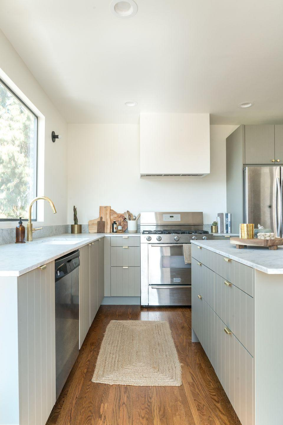 "<p>When Lindsay Marcus of Resident LA decided to <a href=""https://www.housebeautiful.com/design-inspiration/home-makeovers/a23508179/lindsay-marcus-kitchen-makeover/"" rel=""nofollow noopener"" target=""_blank"" data-ylk=""slk:renovate her 1927 California Hills home"" class=""link rapid-noclick-resp"">renovate her 1927 California Hills home</a>, extra-large windows were added to accentuate the view, with IKEA cabinetry and Semihandmade fronts making up the new kitchen. By foregoing upper cabinetry and using a barely-there gray-green tint on the lowers, Marcus was able to give the room a wide-open feel that wouldn't obstruct the view. </p>"