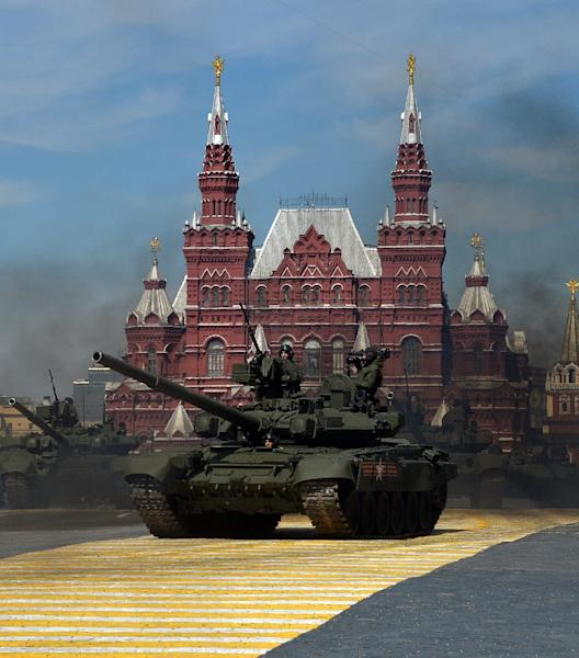 Russian T-90 tanks pictured during the Victory Day military parade at Red Square in Moscow on May 9, 2015 (AFP Photo/Yuri Kadobnov)