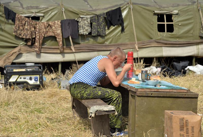 A Ukrainian soldier eats by a check-point manned by Ukrainian soldiers near the small eastern Ukrainian city of Konstantinovka, on July 10, 2014 (AFP Photo/Genya Savilov)