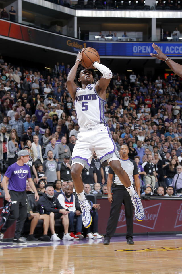 SACRAMENTO, CA - OCTOBER 26: De'Aaron Fox #5 of the Sacramento Kings shoots the ball against the Washington Wizards on October 26, 2018 at Golden 1 Center in Sacramento, California. (Photo by Rocky Widner/NBAE via Getty Images)