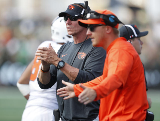 Oregon State head coach Gary Andersen (L) directs his squad against Colorado State on Saturday, Aug. 26, 2017, in Fort Collins, Colo. (AP)