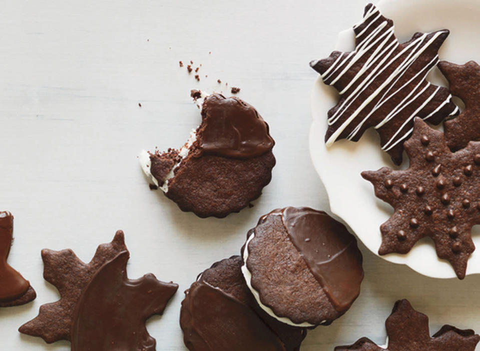 """<p>Marshmallow creme doctored with peppermint extract and confectioners' sugar makes a speedy filling for these cookies. <a href=""""http://www.foodandwine.com/recipes/chocolate-mint-cookies"""" rel=""""nofollow noopener"""" target=""""_blank"""" data-ylk=""""slk:Get the Chocolate-Mint Cookies recipe on Food & Wine"""" class=""""link rapid-noclick-resp""""><b>Get the Chocolate-Mint Cookies recipe on Food & Wine</b></a>. (<i>Photo: Food & Wine)</i></p>"""