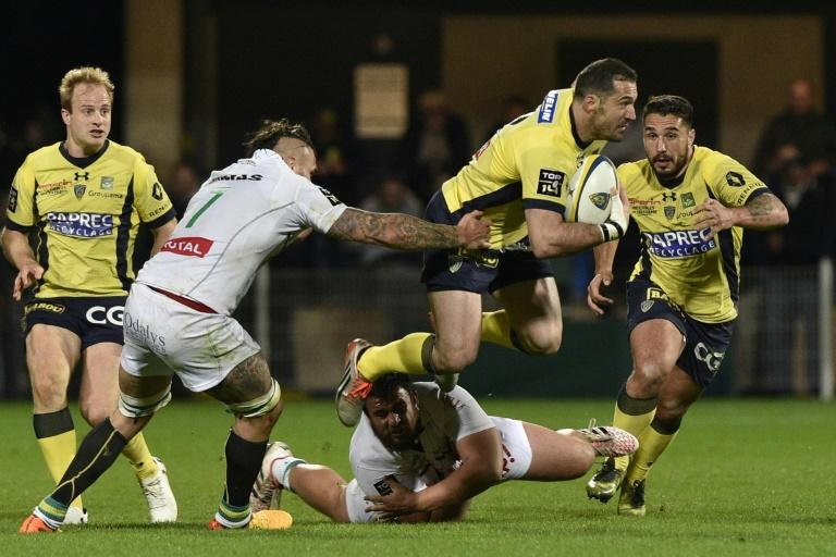 Clermont's fullback Scott Spedding (2-R) vies with Pau's players during the French Top 14 rugby match March 18, 2017