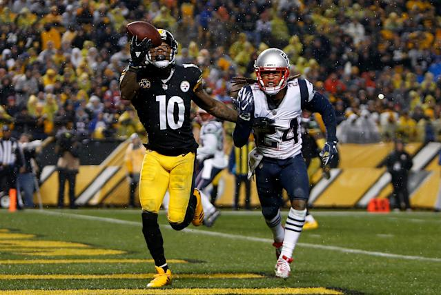 <p>Martavis Bryant #10 of the Pittsburgh Steelers catches a pass in front of Stephon Gilmore #24 of the New England Patriots for a 4 yard touchdown in the second quarter during the game at Heinz Field on December 17, 2017 in Pittsburgh, Pennsylvania. (Photo by Justin K. Aller/Getty Images) </p>