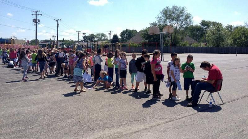 Illinois Second Graders Adore School Janitor, Line Up to Get Yearbooks Autographed