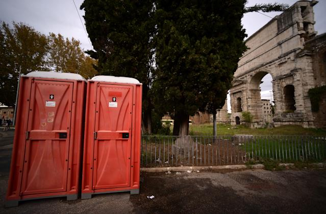 <p>Portable toilets near Porta Maggiore, Rome. (Photo: Filippo Monteforte/AFP/Getty Images) </p>