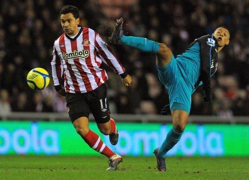 Sunderland's midfielder Kieran Richardson (L) clashes with Arsenal's  striker Alex Oxlade-Chamberlain