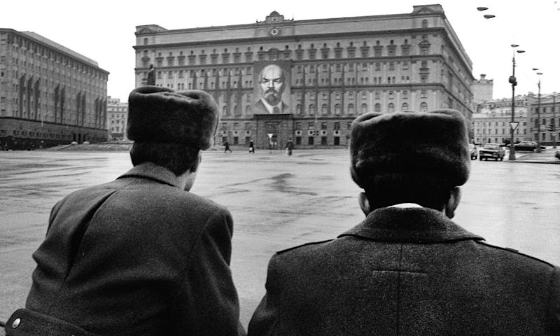 A picture taken in 1990 shows Soviet police officers standing in front of the KGB building in Moscow, which is now the headquarters of the FSB.