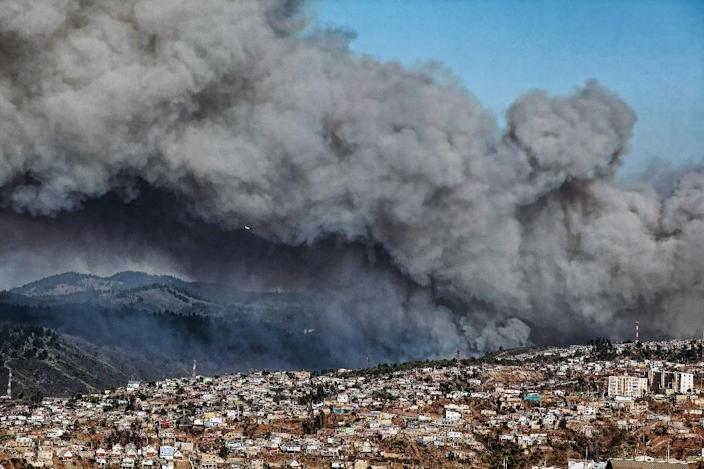 Smoke billows from the forest around Valparaiso, in Chile, on March 13, 2015 as the fire threatens to reach the city's port (AFP Photo/Francesco Degasperi)