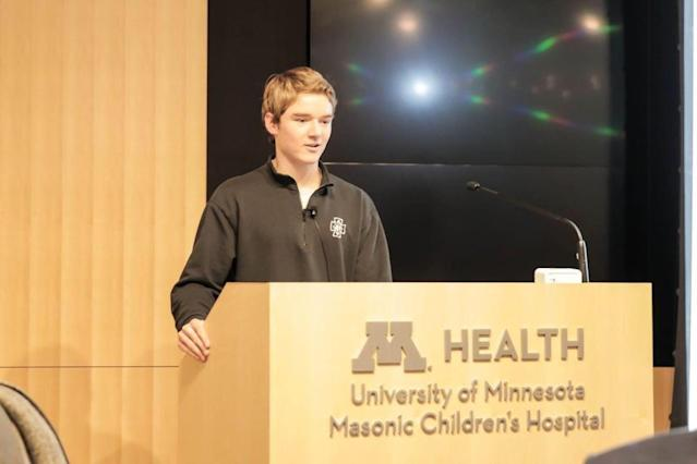 "<a class=""link rapid-noclick-resp"" href=""/college-football/players/277967/"" data-ylk=""slk:Casey O'Brien"">Casey O'Brien</a> talks to patients at the University of Minnesota Masonic Children's hospital. (Photo credit: Casey O'Brien family)"