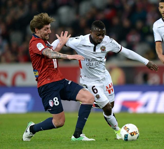 Lille's Xeka (L) vies with Nice's Jean Michael Seri during the French L1 football match against Lille (AFP Photo/DENIS CHARLET)