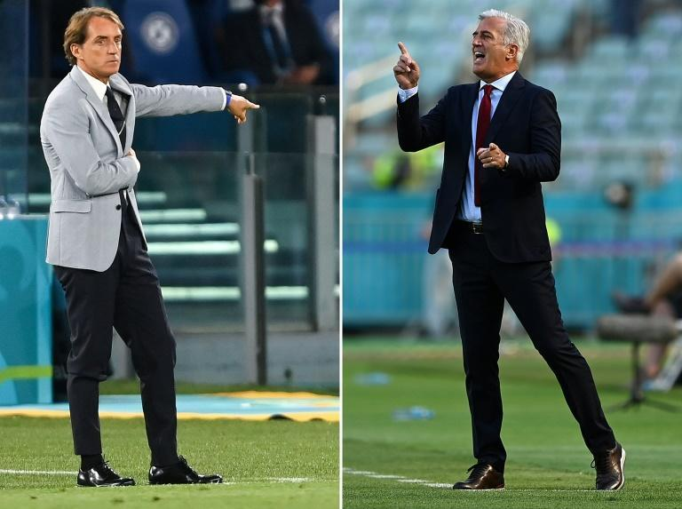 Italy coach Mancini (L) takes on Petkovic (R) in Rome