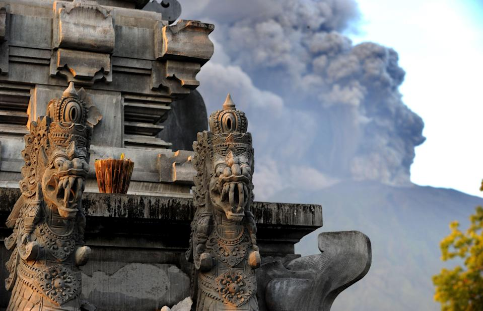 <p>Mount Agung's eruption is seen next to a Balinese temple at Kubu sub-district in Karangasem Regency on Indonesia's resort island of Bali on Nov. 26, 2017. (Photo: Sonny Tumbelaka/AFP/Getty Images) </p>