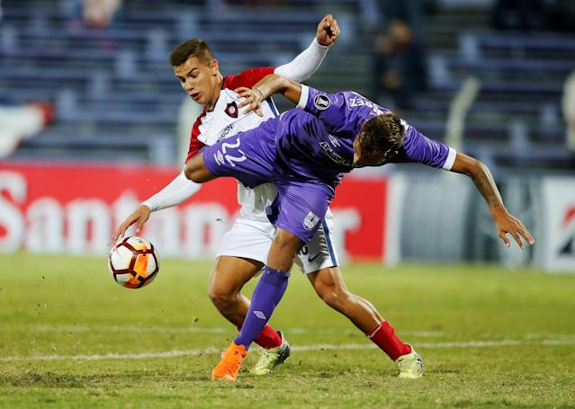 Soccer Football - Uruguay's Defensor Sporting v Paraguay's Cerro Porteno - Copa Libertadores - Luis Franzini Stadium, Montevideo, Uruguay - May 15, 2018 - Defensor Sporting's Mathias Suarez and Cerro Porteno's Kevin Fernandez in action. REUTERS/Andres Stapff