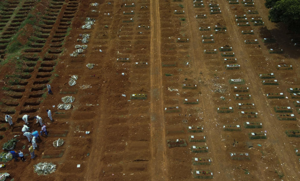 SAO PAULO, BRAZIL - JANUARY 07: An aerial view of a burial of a Covid-19 victim at the Vila Formosa cemetery during the coronavirus (COVID-19) pandemic on January 7, 2021 in Sao Paulo, Brazil. Brazil has registered over 7.8 million confirmed cases of the virus since the pandemic began, while the official death toll from COVID-19 is nearing 200,000, the second highest in the world. (Photo by Miguel Schincariol/Getty Images)