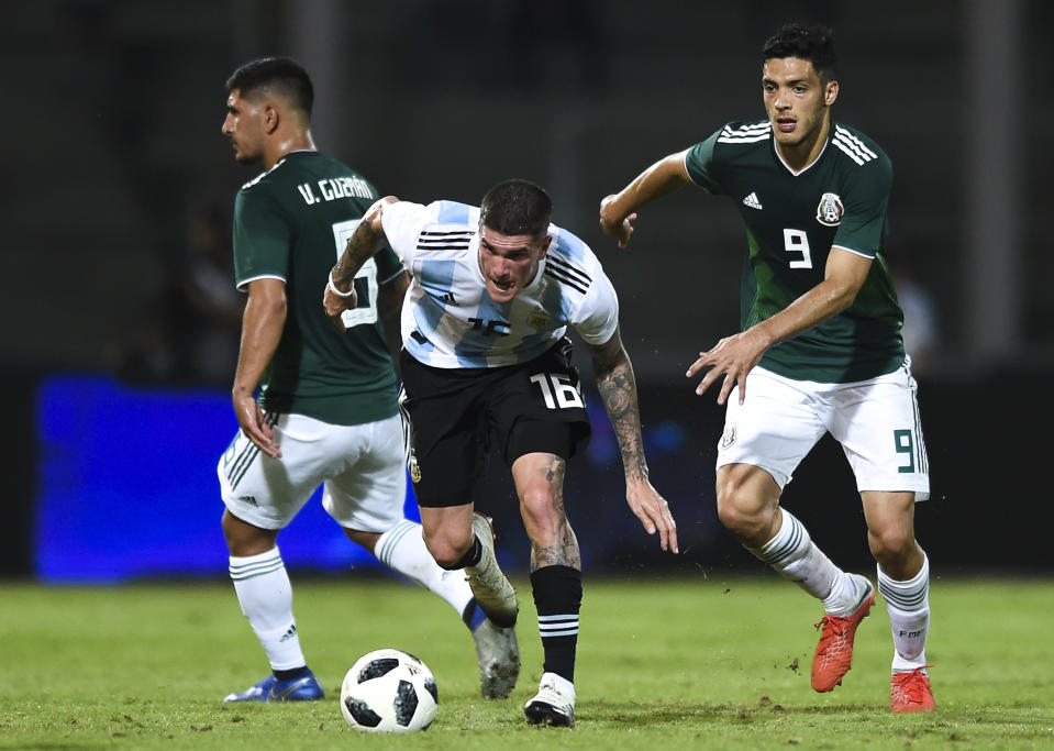 CORDOBA, ARGENTINA - NOVEMBER 16: Rodrigo De Paul of Argentina drives the ball during a friendly match between Argentina and Mexico at Mario Kempes Stadium on November 16, 2018 in Cordoba, Argentina. (Photo by Marcelo Endelli/Getty Images)