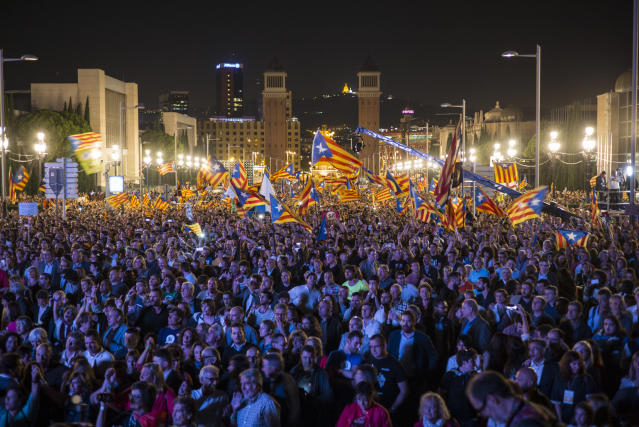 <p>Independence Day in Montjuic, Barcelona, Spain on September 29, 2017, ahead of the referendum vote. (Photograph by Jose Colon/ MeMo for Yahoo News) </p>