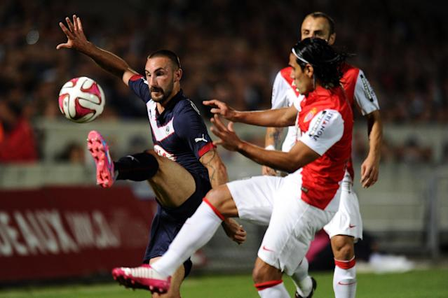 Monaco's forward Radamel Falcao (R) vies with Bordeaux's defender Diego Contento (L) during their French L1 football match on August 17, 2014 (AFP Photo/Nicolas Tucat )