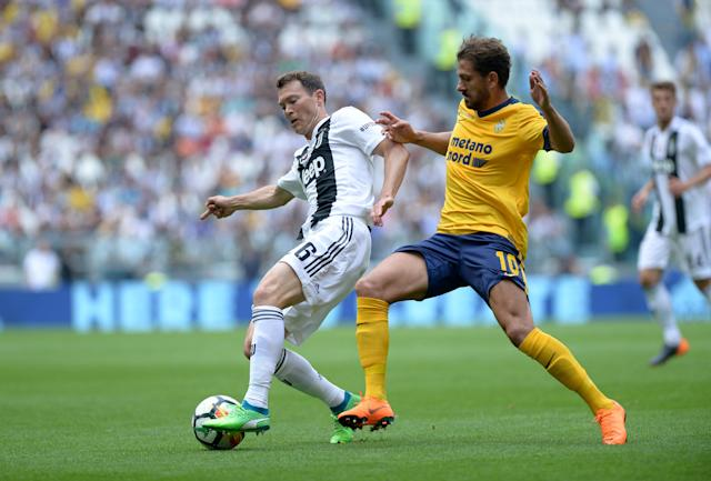 Soccer Football - Serie A - Juventus vs Hellas Verona - Allianz Stadium, Turin, Italy - May 19, 2018 Juventus' Stephan Lichtsteiner in action with Hellas Verona's Alessio Cerci REUTERS/Massimo Pinca